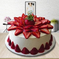 Delectable 2 Kg Strawberry Cake to Darjiling