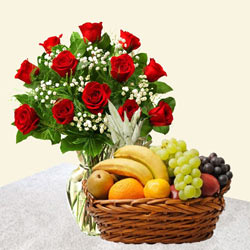 Stunning Red Roses in a Vase and tasty Fruits to Burdwan