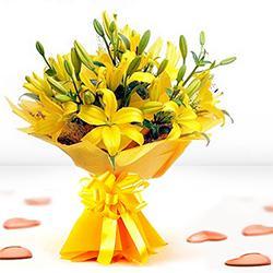 Fresh Hand Bunch of Yellow Lilies  to Jalpaiguri