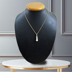 Avon's Magnetic Trim Pearl Neckpiece