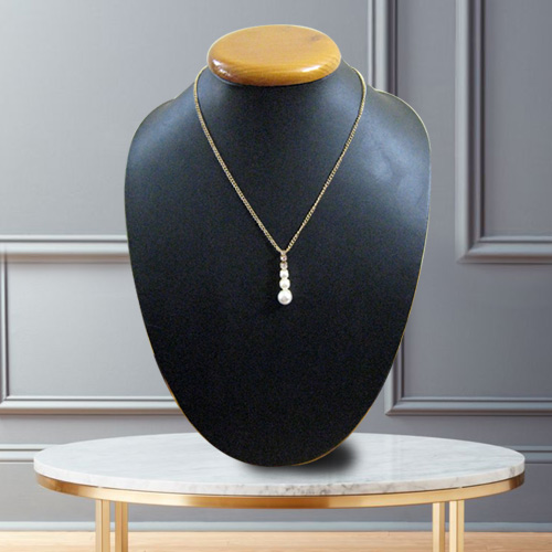 Avon�s Magnetic Trim Pearl Neckpiece